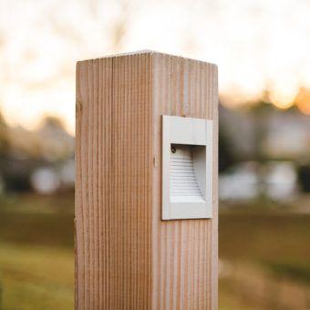 Buitenverlichting van hout. Een ranke lamp met unieke indirecte verlichting